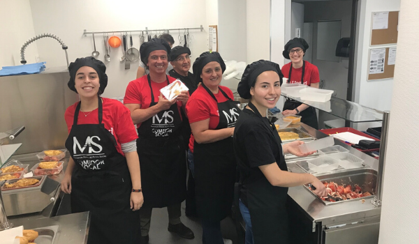 Voluntari@s en el comedor social de la Asociación Manos de Ayuda Social